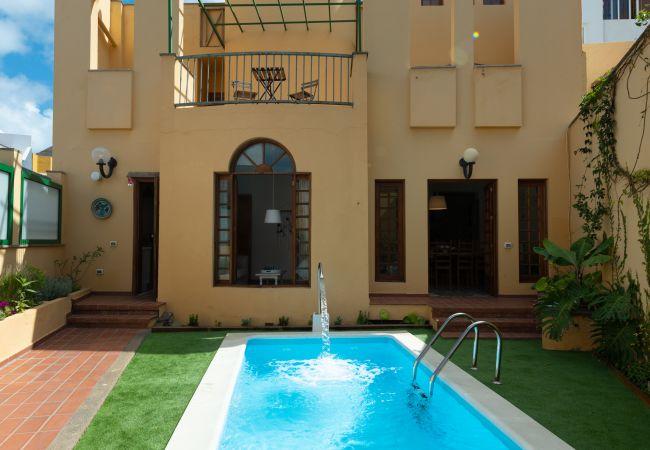Villa/Dettached house in Gáldar - The Yellow House Climatized Pool+Solarium+Parking